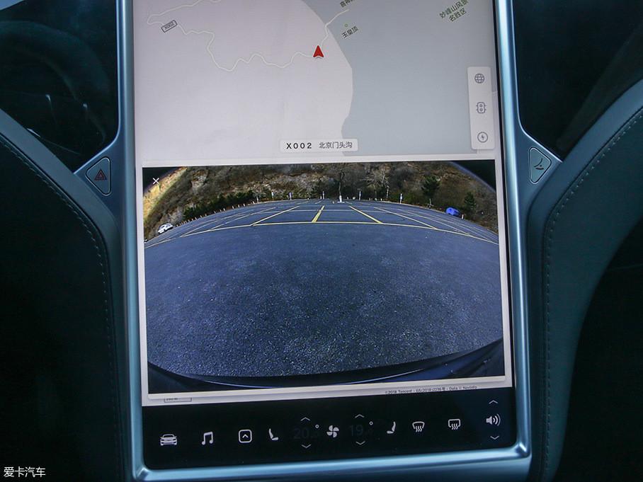 此次升级,特斯拉还为我们带来了行车记录仪功能,用户可通过车载前置摄像头录制视频并储存到USB闪存驱动盘中。(配图为后置摄像头)