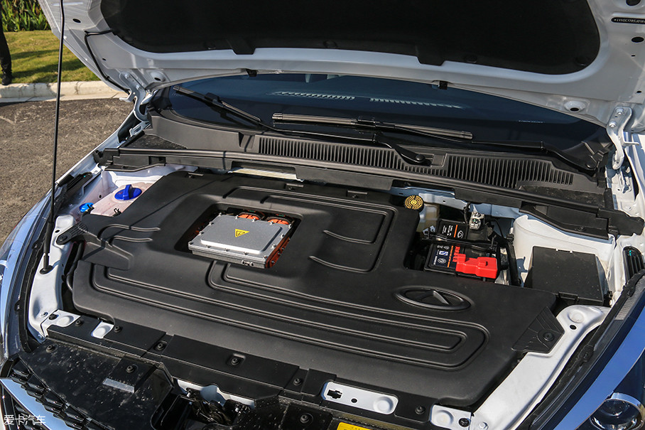 艾瑞泽5e搭载一台永磁同步电机,最大功率90kW(121Ps),峰值扭矩250Nm。最高车速可以达到152km/h,0-50km/h加速时间为4.8s(注意是0-50km/h)。百公里加速成绩预计在10s以上。