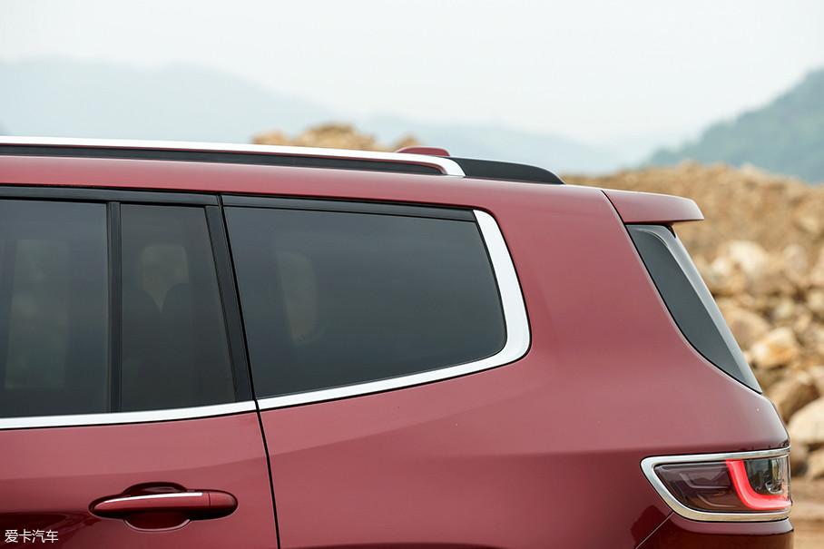 大指挥官的D柱采用了近乎垂直的倾角设计,因此可以预见到的是其第三排充裕的头部空间。此外,这样的设计在视觉上会延伸整车的长度,会使大指挥官看上去更为修长。