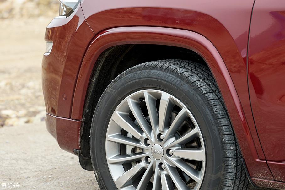 与格栅一样,Jeep经典的梯形轮拱也是所有Jeep车型上不可或缺的一部分,与车身同色的轮眉也让大指挥官在更多的场合中游刃有余。