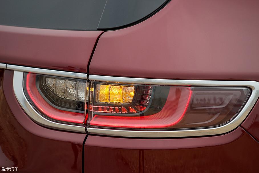 大指挥官尾灯采用了独立化的立体式造型,狭长的灯组为侧方及正后方都提供了相当好的视觉效果。