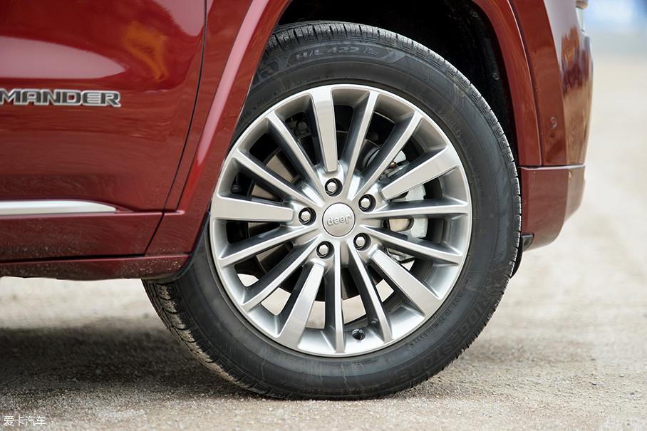 拍摄车型采用了普利司通ECOPIA系列轮胎,尺寸为235/55 R19。