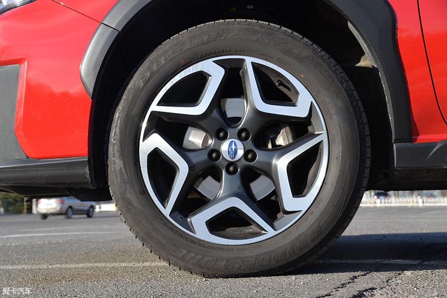 除了低配版的车型,斯巴鲁XV其余车型均配备了18英寸的双色轮圈,造型新颖独特。与之匹配的则是普利司通的DUELER(动力侠)轮胎,规格为225/55 R18。