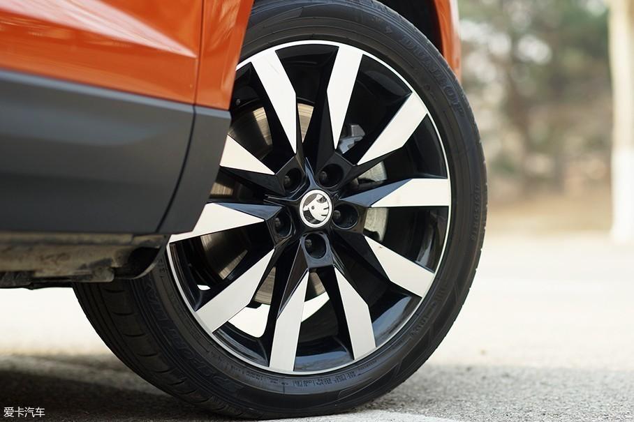 柯珞克TSI280 旗舰版配备了18英寸铝合金双色轮圈,造型与整车气质十分相符,与之匹配的是邓禄普的SP SPORT MAXX 050轮胎,规格为215/50 R18。