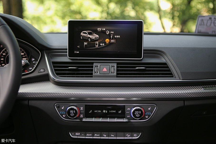 全新一代MMI系统也运用到了奥迪Q5L身上,系统增加了对苹果CarPlay和安卓Android Auto的兼容性,并且增加了和奥迪Q7上类似的手写触控板。