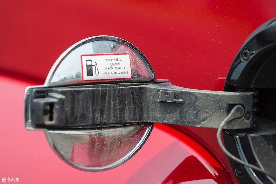 这台2.3T的发动机对汽油标号的要求较高,需要加注95号及以上的无铅汽油,而2.0T发动机就不那么挑油了,加注92号及以上的无铅汽油即可。