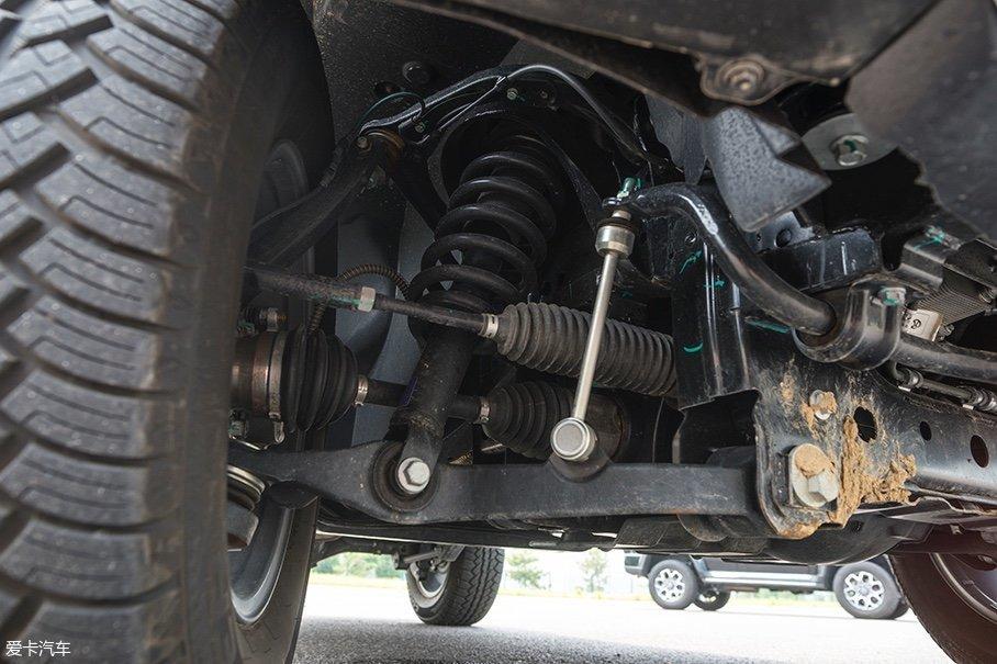 在底盘方面,BJ40 PLUS与BJ40最大的不同出现在前悬挂上,BJ40 PLUS采用的是双叉臂式的独立前悬挂,并且采用螺旋减震弹簧取代在BJ40上饱受争议的扭杆减震弹簧。