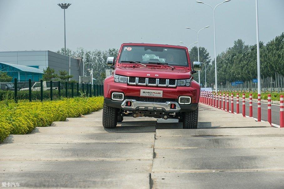与普通的长波路不同,测试场内的长波路起伏的幅度更大,这样可以更好地对车辆的抗扭性和悬挂的减震阻尼进行测试。采用非承载式车身的BJ40 PLUS在通过此路段时比采用普通承载式车身的车型拥有更强的信心。
