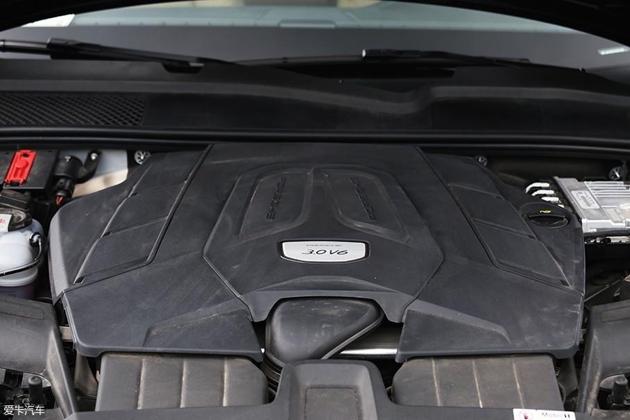 基础款的保时捷全新Cayenne搭载了一台全新的3.0T V6发动机,该发动机最大功率为250kW(340Ps)/5300-6400rpm,最大扭矩为450Nm/1340-5300rpm,性能上要略强于上一代车型搭载的3.0L V6机械增压发动机。