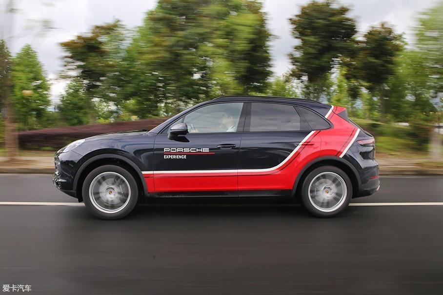 保时捷全新Cayenne的百公里加速时间绝对要快于你的实际感受,它选择了这种其貌不扬的方式把你在6.3s内送上100km/h的时速。