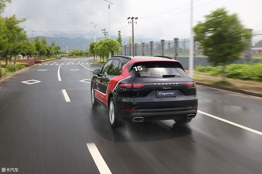 所有精准的路感都通过方向盘精准的指向与回馈传递给驾驶者。但是和那些性能小钢炮不同的是,在保时捷全新Cayenne身上,你绝对感受不到一丝让厌烦的震动。