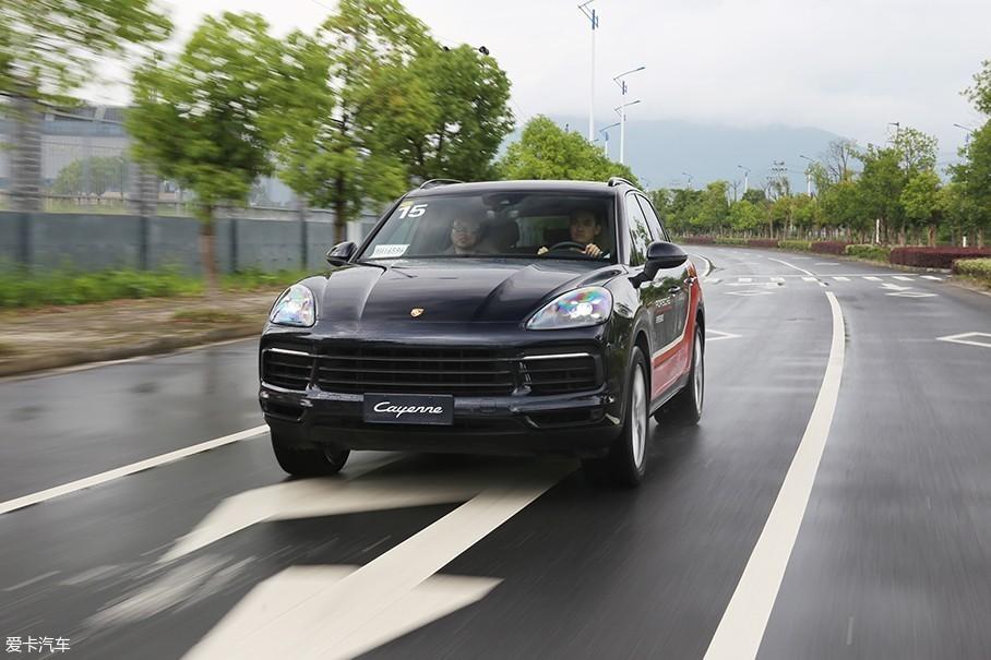 车辆的底盘悬是保时捷全新Cayenne最为惊艳的地方。如果单说操控性或者是舒适性,我不敢保证保时捷全新Cayenne毫无敌手,但是在这二者的平衡性上,保时捷全新Cayenne堪称完美。