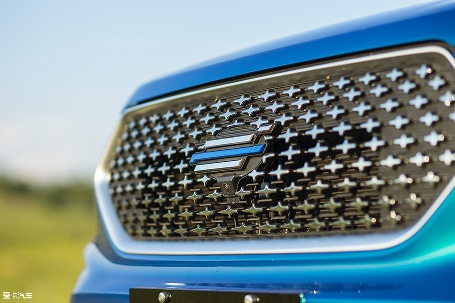欧尚COS1°采用了欧尚汽车最新的云标Logo,这也意味着欧尚COS1°成为了欧尚品牌转型后的第一款产品。此外,Logo下方还配备有360°全景摄像头。