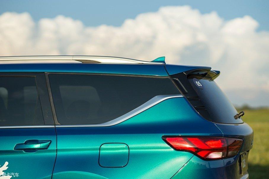 除了采用了隐私玻璃的配置,欧尚COS1°也采用了时下流行的悬浮式车顶设计。而且比较特别的是,欧尚COS1°采用一体式的玻璃来覆盖D柱,在处理上显得更为高级。