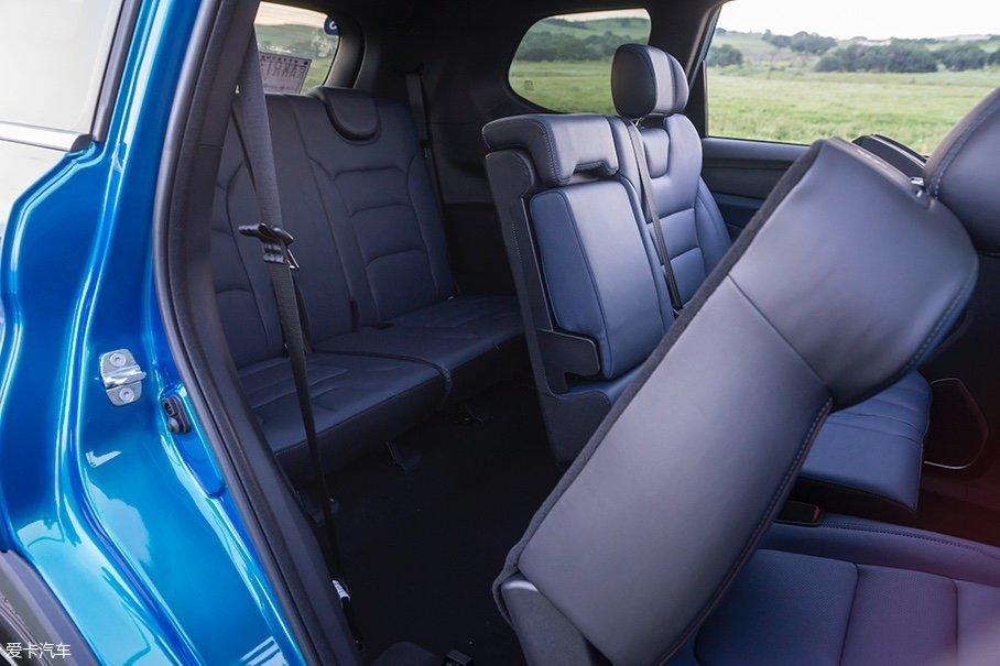 欧尚COS1°的第三排座椅同样值得称道,座垫的厚度领先大部分同级别的7座车型。而且由于欧尚COS1°的地板位置较低,因此第三排乘客并不用采取蜷缩的坐姿。