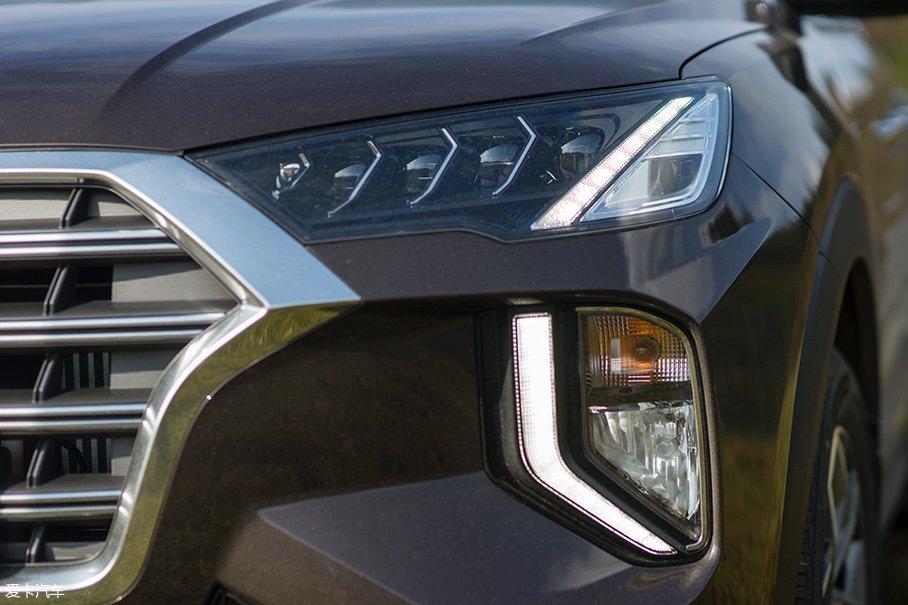 第四代途胜的灯组采用了分体式设计,大灯与转向灯、雾灯进行了独立布局,而LED日行灯则贯穿于两套灯组之间,十分好认。