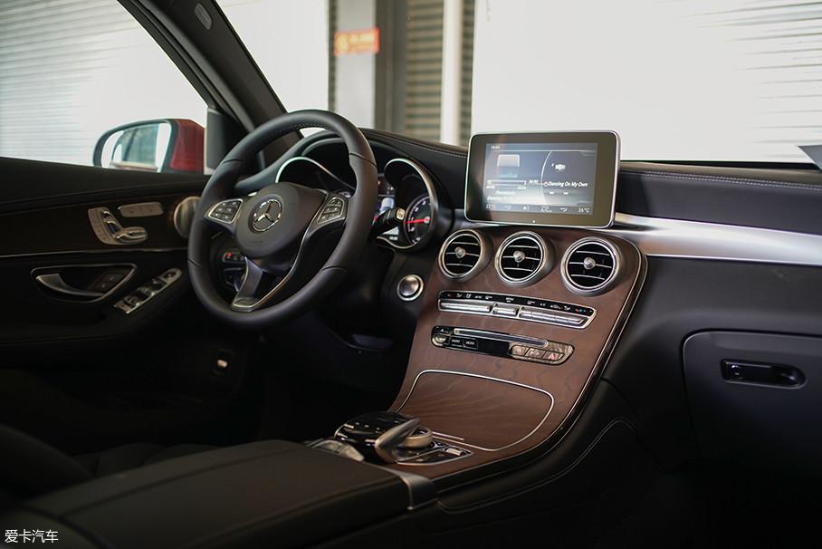 """奔驰GLC的内饰造型无疑是这台车上最为出彩的部分,而这个内饰也是最能体现""""感性""""设计理念的地方。"""