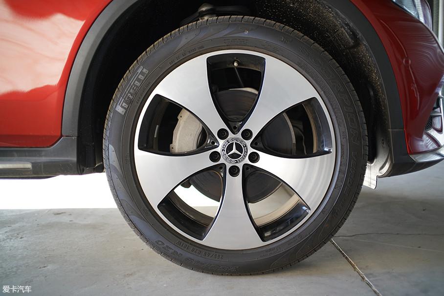 """试驾车型搭配了""""战斧式""""造型的轮圈,运动气息浓厚。与其搭配的是倍耐力的SCORPION(蝎子)轮胎,前后轮胎的规格均为255/45 R20。"""