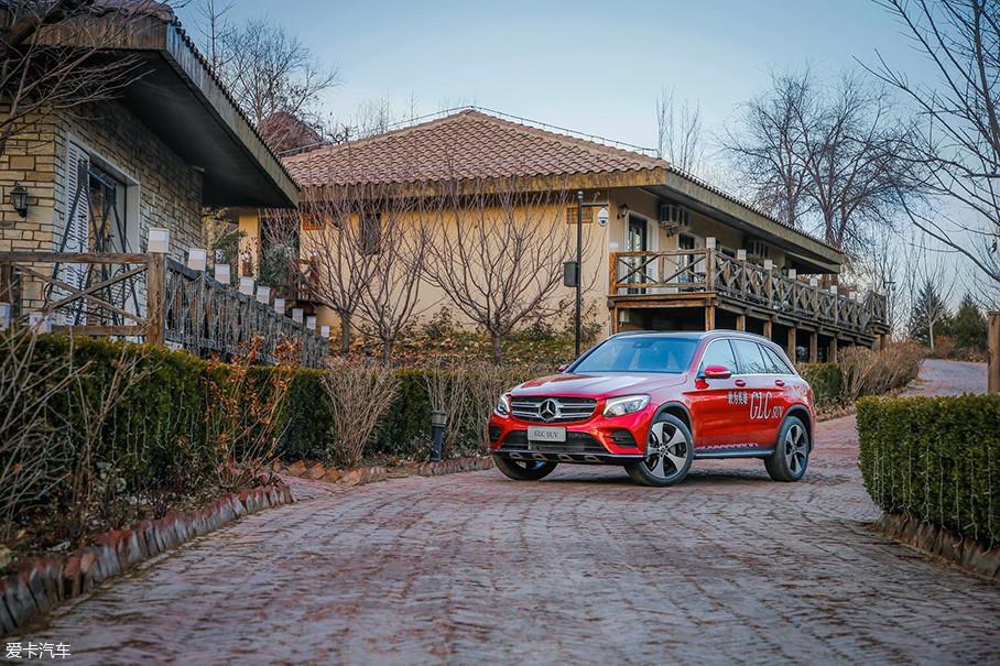 本次试驾的车型是北京奔驰2018款GLC 300,相比老款的GLC车型,新款车型对造型部分进行了优化。