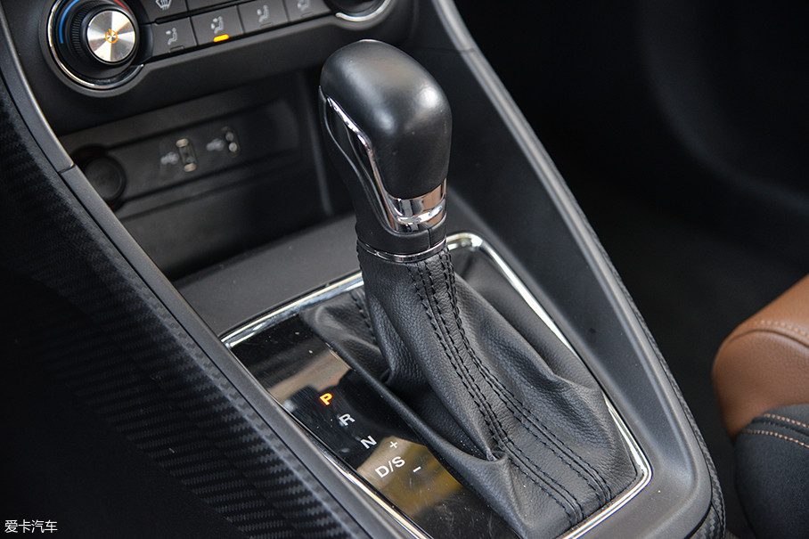 名爵ZS搭载的这台4速手自一体变速箱是爱信的第三代产品,在爱信对其进行了一系列的提升和改进后,这台变速箱在节油效果上较上一代能有20%的提升。