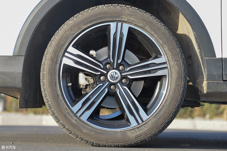 测试的这款名爵ZS的轮圈采用了五辐设计,造型非常具有运动气息。搭配的是玛吉斯品牌的轮胎,规格为215/50 R17。
