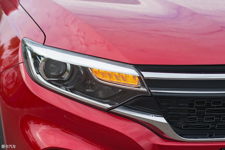 这台试驾车型配备了全LED的大灯配置,远近光一体的LED大灯如鹰眼般炯炯有神。
