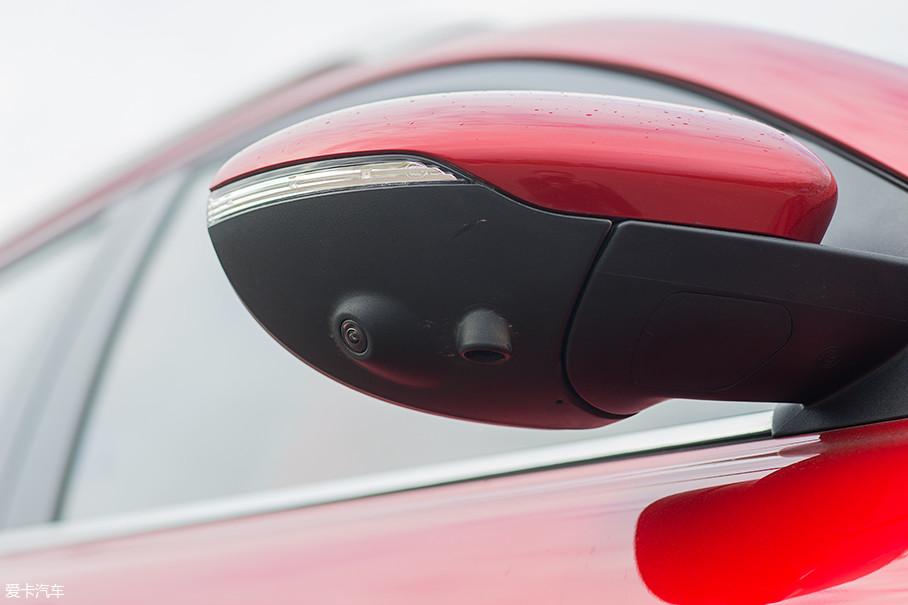 试驾车型配备了全景影像系统,侧方的摄像头被安置在外后视镜下方。