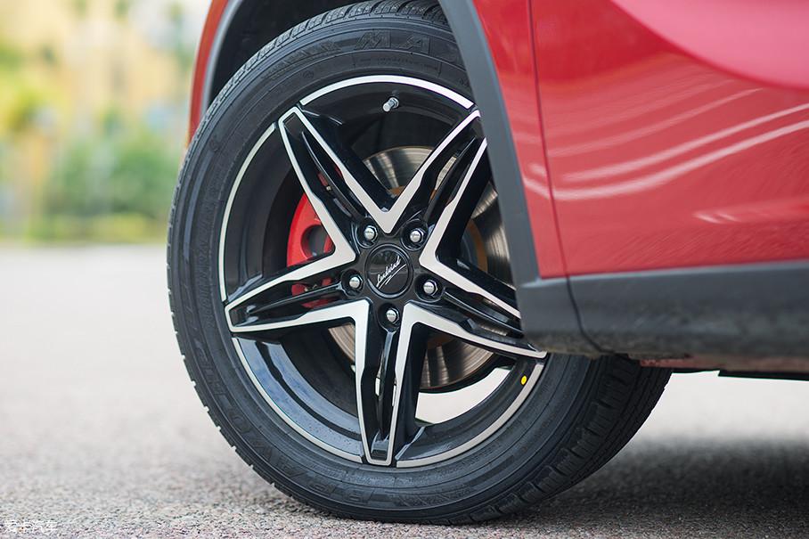 试驾车型配备了采用五辐设计的双色轮圈,搭配玛吉斯品牌的轮胎,轮胎规格为235/50 R18,刹车卡钳采用了更具动感的红色。