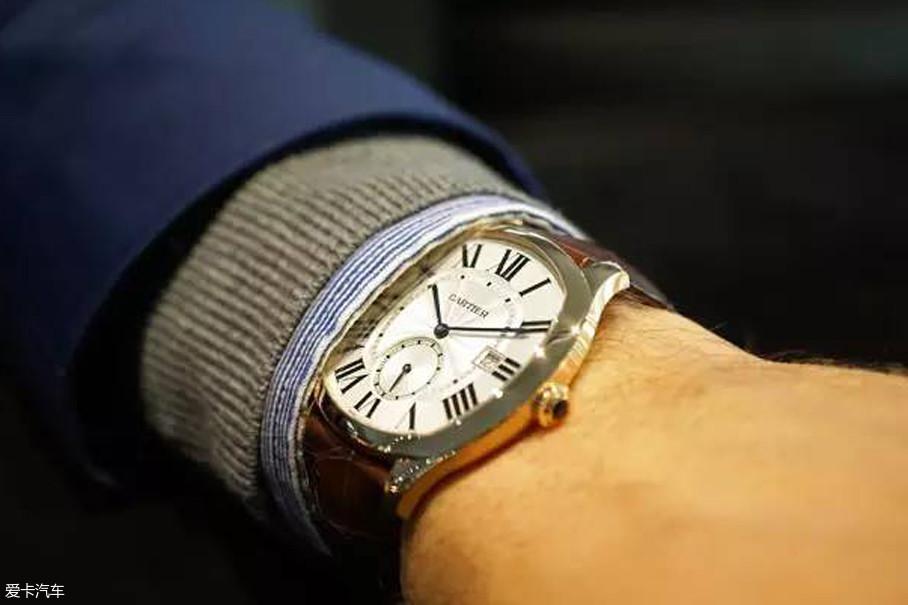 首先,我们先说正装表。这类的腕表通常适用于工作与商务应酬范围,比如工作属性比较正式、经常出席商务会议等等。