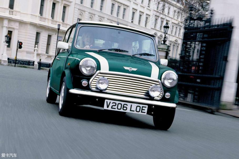MINI之所以在当时令无数人喜爱,不仅仅是它相比于同时期其他车型更低的售价,还得益于其活泼时尚的外观,小巧灵活的驾驶感受和能够满足日常驾驶需求的空间表现。