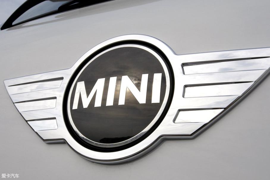 上个世纪90年代末,宝马公司接下了MINI汽车的大旗,之后又将MINI旗下的新款MINI COOPER车型注入了更多现代化充满时尚气息的元素,动力总成也比之前有所提升。