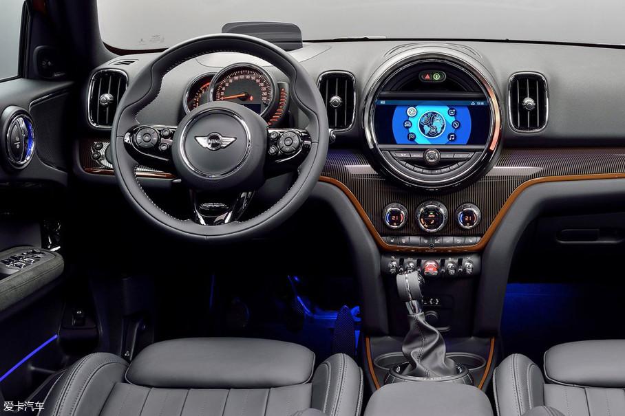 内饰空间比早期车型融入了更多的高科技配置,与时代牢牢接轨。不过,虽然中控台的液晶显示器,空调出风口以及控制区都与之前不同,但许多MINI车型的灵魂之处并未消失。