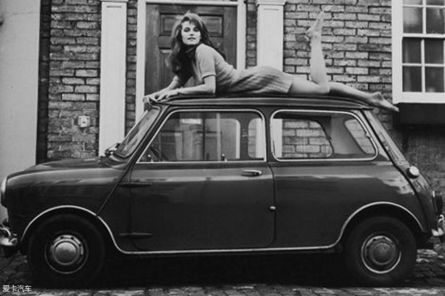 看见这样一款物美价廉又小巧可爱的汽车出现,许多人都把其纳入了自己的座驾行列之中。尤其是当时社会的时尚女性,更是深陷其中。