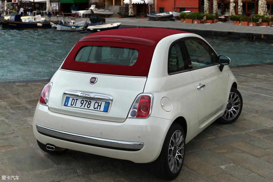 再有就是,别看Fiat 500体格很小,它可是2门4座车型,必要的时候塞下4个人也是完全可以的。