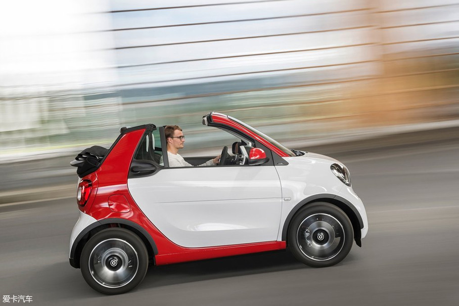 不过,smart的驾驶质感还是略逊一筹,新一代车型的双离合变速箱尚可接受。但前代车型的AMT变速箱实在是顿挫无比,虽不至于影响你的好心情,但多少还是有些降低快感的。