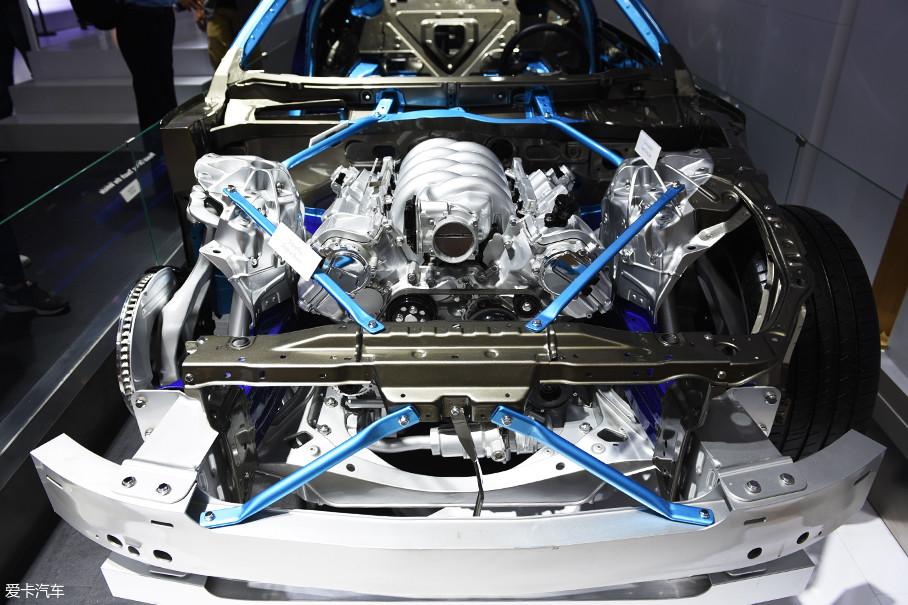雷克萨斯LC500车型搭载了一台5.0L V8自然吸气发动机,在混动版车型LC500h上取而代之的由3.5L V6发动机和电动机组成的混动系统。