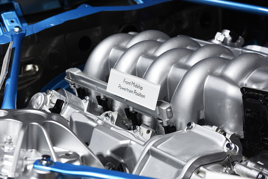 """在发动机上我们可以看到""""中前置布局""""标签,这也是雷克萨斯为了让后驱车型更具有驾驶乐趣、操控感更佳而做出的平台设定。"""