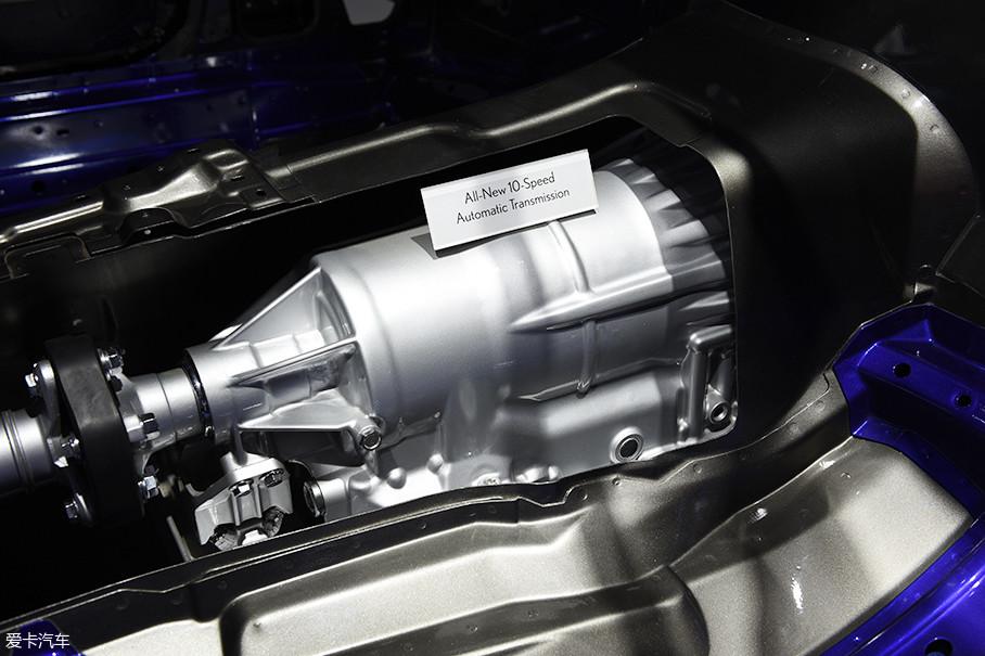 与5.0L发动机相匹配的是来自爱信的10AT变速箱,10个挡位的设定肯定会照顾到燃油经济性,但是不同于我们的认知——多挡位更容易获得换挡平顺性,雷克萨斯刻意将这台变速箱调的不那么舒适。
