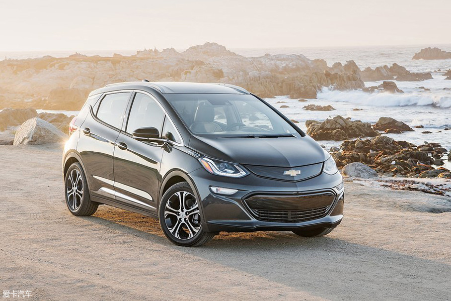 雪佛兰Bolt EV在美国EPA工况下续航里程可以达到383km,比特斯拉Model 3入门款车型续航更长,而且售价也更便宜,可以说这是传统汽车厂商对新造车势力的一次有力反击。