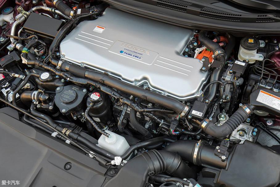 本田的这套燃料电池动力系统全部布置在了Clarity前舱之中,它也是首款实现这种布局的燃料电池轿车,这对小型化和集成化有着很高的要求。