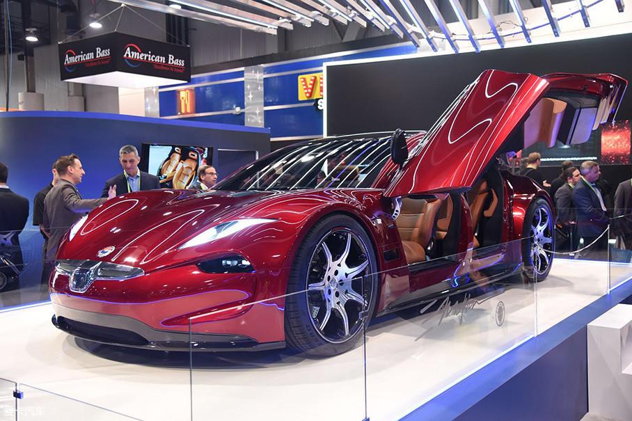 Fisker EMtion概念车早在2017年6月就曾爆出过谍照,如今在CES展上的首秀依旧吸引了不少人关注,整体外形充满未来感,但谈不上惊艳,具有特色的是其采用了对开式蝴蝶门设计。