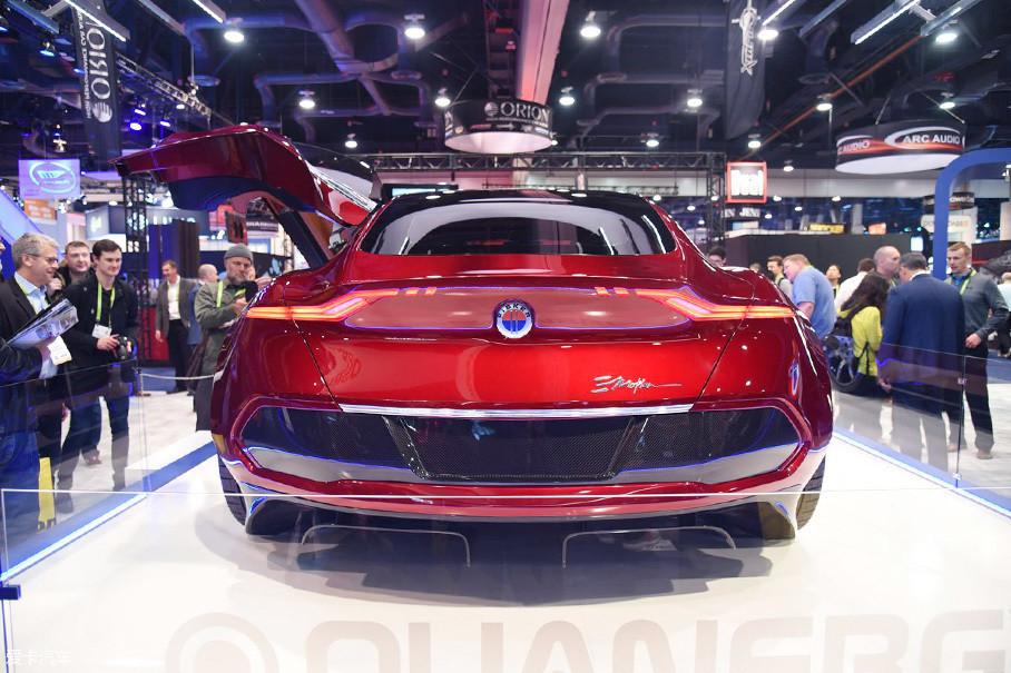 从这个角度看,Fisker EMtion的车尾造型神似阿斯顿·马丁的Vantage车型。上翘的鸭尾与巨大的扩散器造型表明了这不是一台好惹的货。