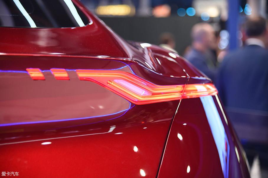 细长的Z字型尾灯造型勾勒出了车尾特征线,其与前灯一样采用LED作为光源。