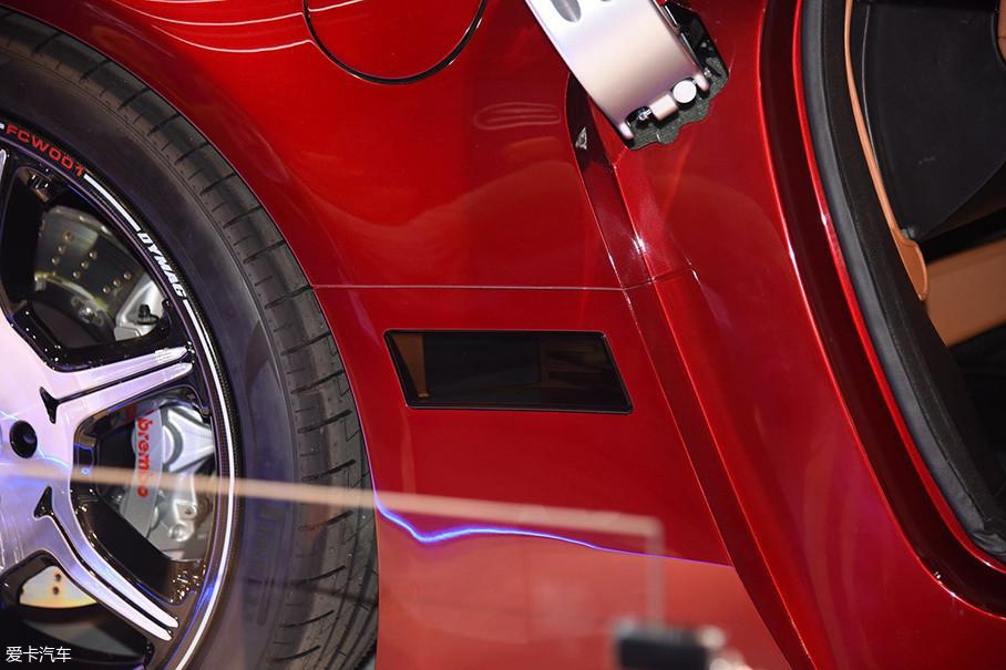 不光是在车头,在车辆两侧位置同样布置有激光雷达。