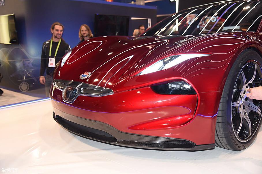 Fisker EMtion的前脸同大多数电动汽车一样对进气格栅造型进行了弱化处理,搭配车轮上侧的巨大隆起,让车头显得简洁而充满肌肉感。