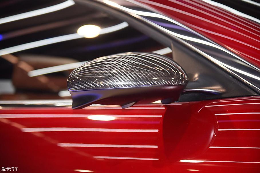 外后视镜采用了碳纤维外壳,在后视镜下方还专门设计有疏导气流的小翼片,与车身连接的支柱也采用了扁平设计,不难看出整车对于空气动力学的重视。