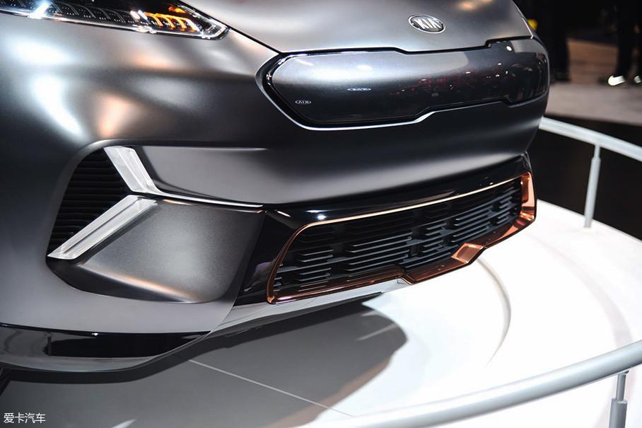 车头下方两侧布置有Y型灯带,能有效提升车头的层次感。