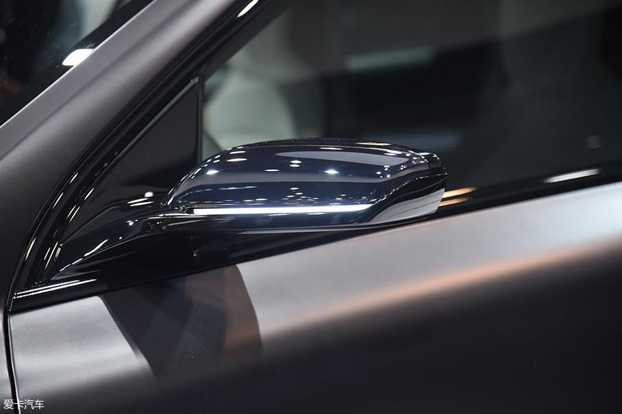 因为是概念车的缘故,外后视镜尺寸非常小,另外,其集成了转向灯功能。