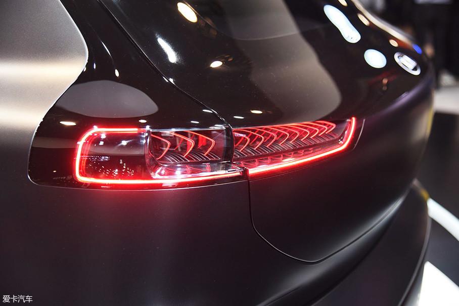 尾灯灯组细节设计与前大灯保持一致,点亮后的视觉效果非常不错。