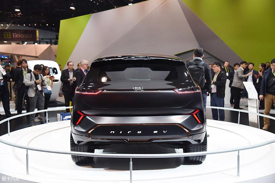 车尾设计突出了层次感,其中下方的反光等与前车灯形成呼应,设计感不错。